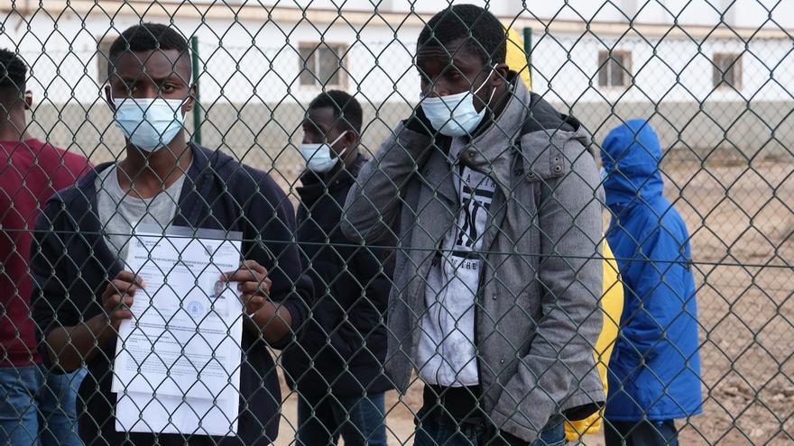 Un juez ordena a la Policía que no impida a un inmigrante salir en avión de Canarias