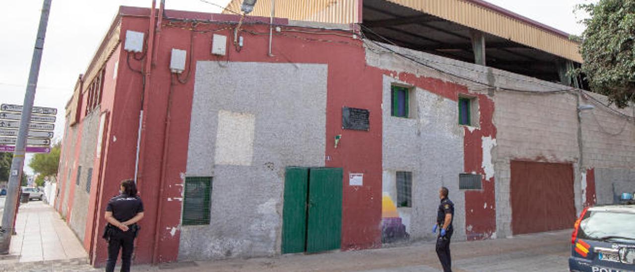 Dos agentes del Cuerpo nacional de Policía (CNP) realizan labores de vigilancia en el Terrero 'Puerto Cabras', ayer