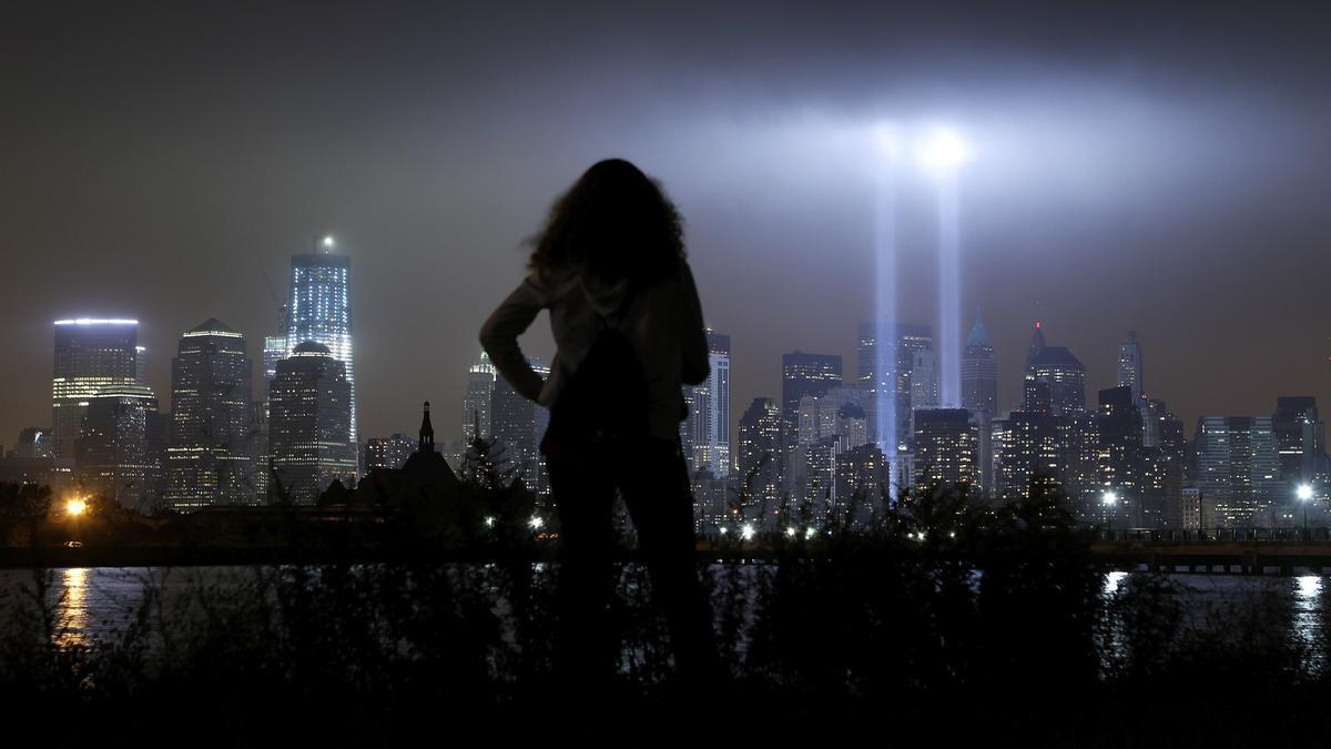Dos focos de luz recuerdan el lugar donde se levantaron las Torres Gemelas en el décimo aniversario de la tragedia.
