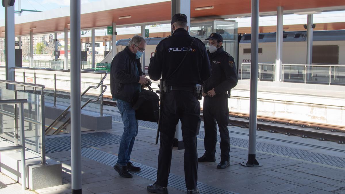 Llegada de un viajero a la estación de tren de Zamora durante el confinamiento