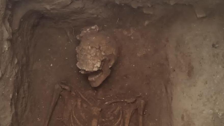 Las excavaciones de la Roqueta sacan un primer enterramiento y restos del templo medieval