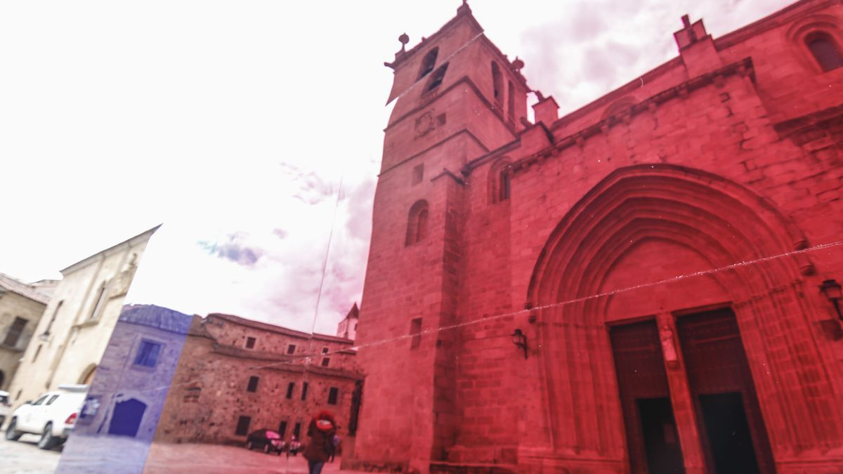 Una de las instalaciones en la plaza de Santa María de 'Cáceres abierto'.