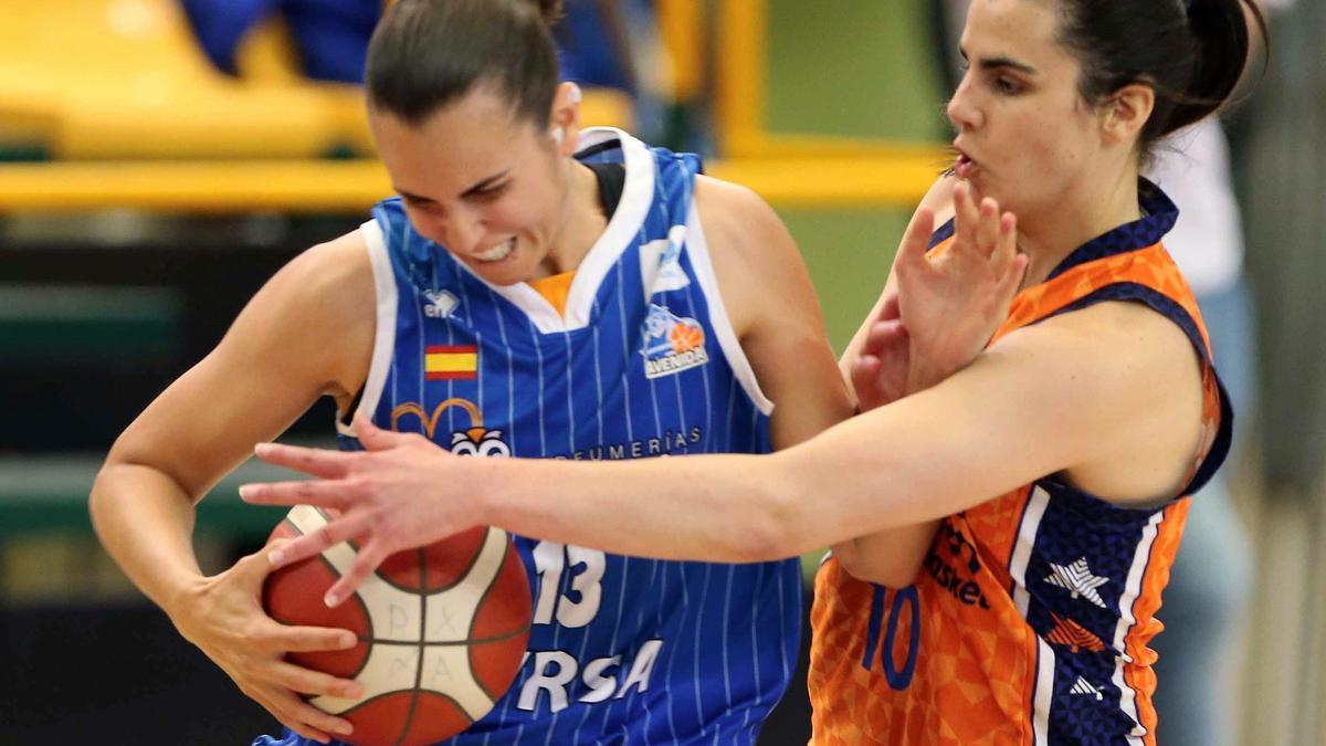 La alero Andrea Vilaró (i), del Perfumerías Avenida, trata de anotar ante la defensa de la base Leticia Romero (d), de Valencia Basket, durante el tercer y definitivo partido de la final de la Liga Femenina que enfrenta a ambos conjuntos, este jueves en el pabellón de Würzburg de la capital salmantina.