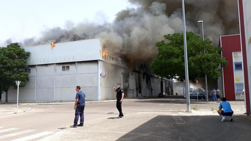 Aparatoso incendio en un club de pádel de Don Benito