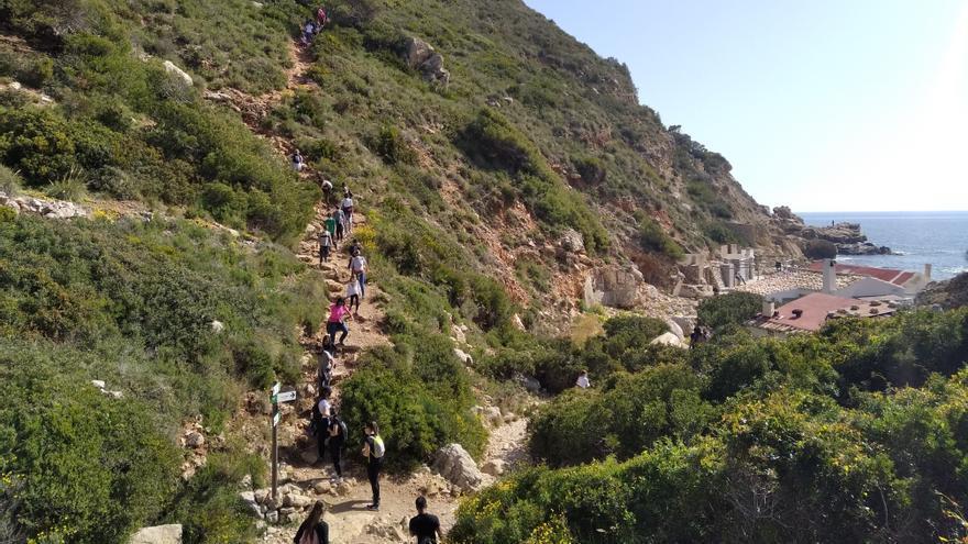 Atasco en los acantilados de Benitatxell