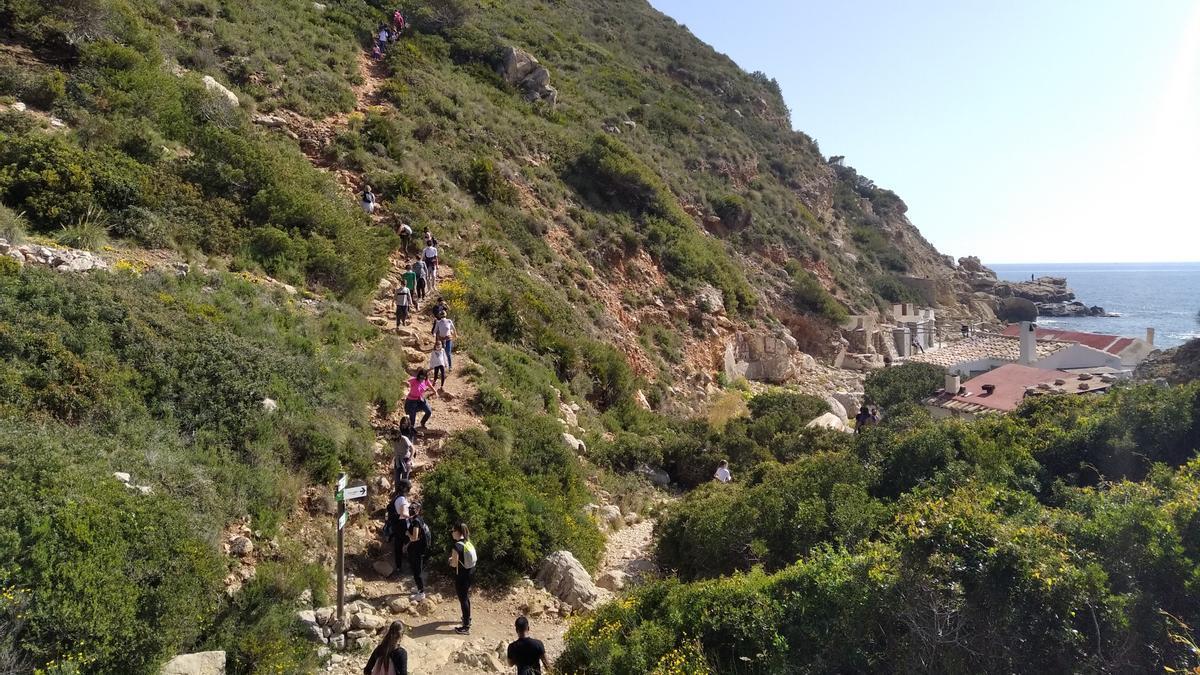 Los senderistas en el tramo final que llega a la cala de Llebeig