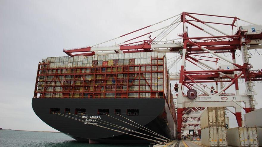 Llega a Barcelona un primer buque desde el canal de Suez tras el bloqueo