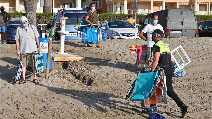 La Policía de Orpesa confisca los enseres que se dejen en la playa antes de las 9.00 horas