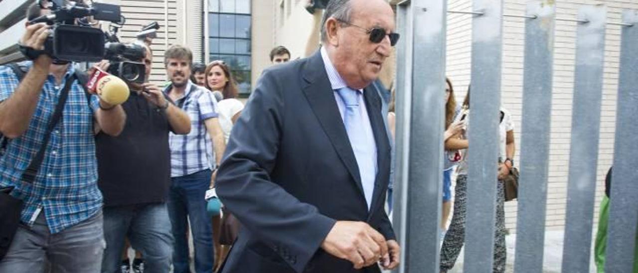 Carlos Fabra, saliendo de la Ciudad de la Justicia de Castelló.
