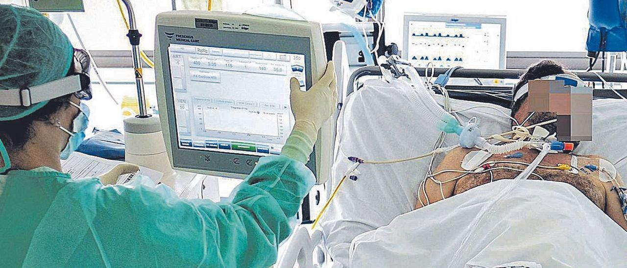 Asistencia a un enfermo en una Unidad de Cuidados Intensivos de la provincia. | AXEL ÁLVAREZ