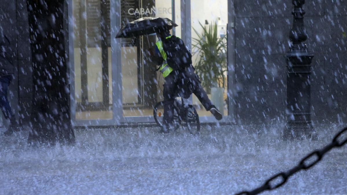 Las fuertes tormentas que cruzan Valencia han dejado unos 2.200 rayos