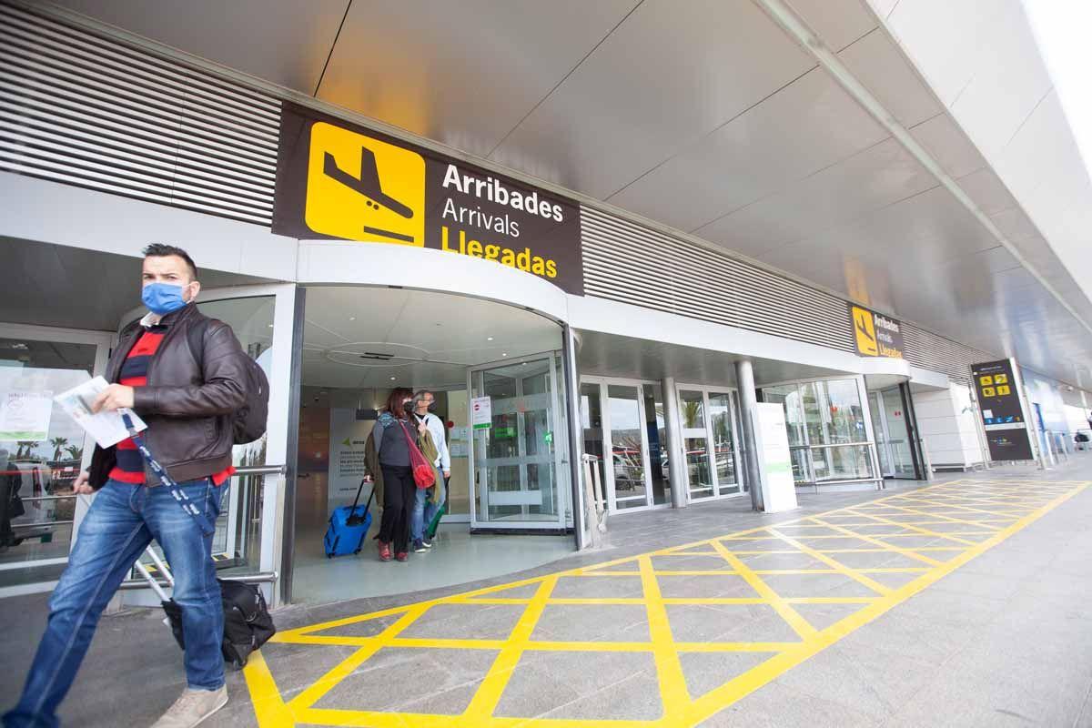 Turistas con cuentagotas en el aeropuerto de Ibiza