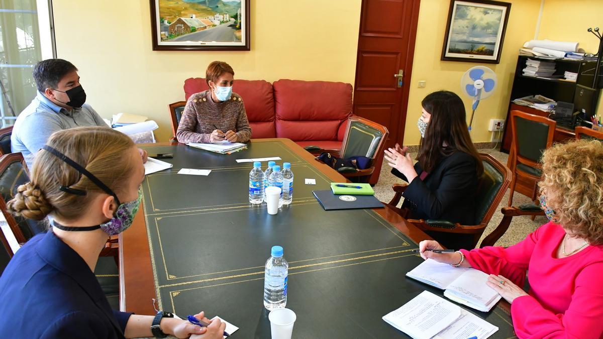 La alcaldesa de Mogán y primer teniente de alcalde con representantes de la Embajada de Estados Unidos