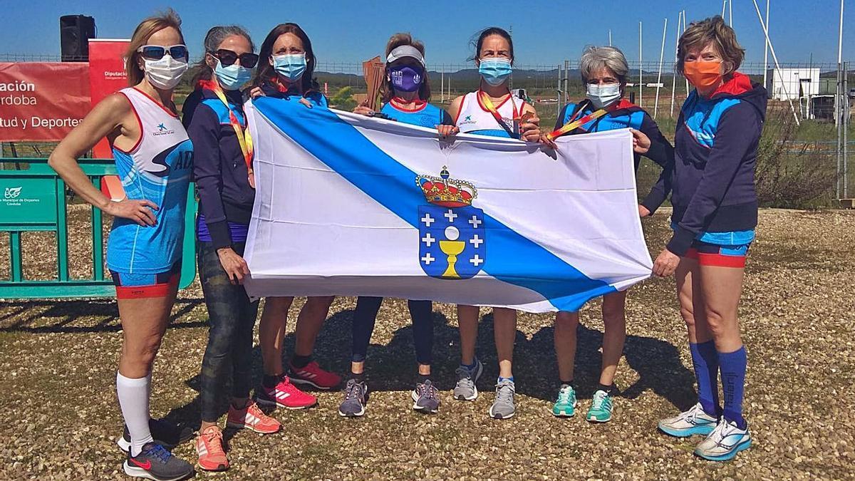 El equipo femenino máster del Club Atletismo Sada, con sus medallas.    // LA OPINIÓN