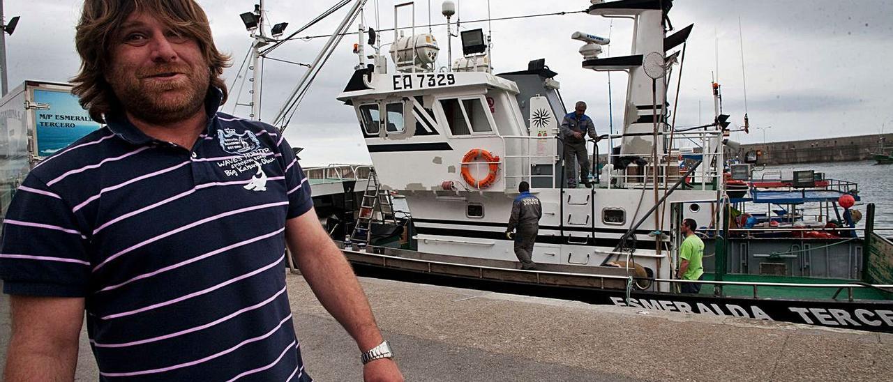 """Fidel Álvarez Garaot, con el barco """"Esmeralda Tercero"""" detrás."""
