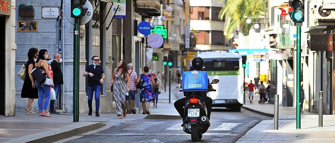 Una moto y un autobús urbano circulando por la Corredora tras levantarse el estado de alarma. MATÍAS SEGARRA