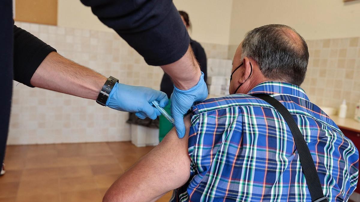 Un hombre recibe una dosis de la vacuna contra el coronavirus en Guajara.