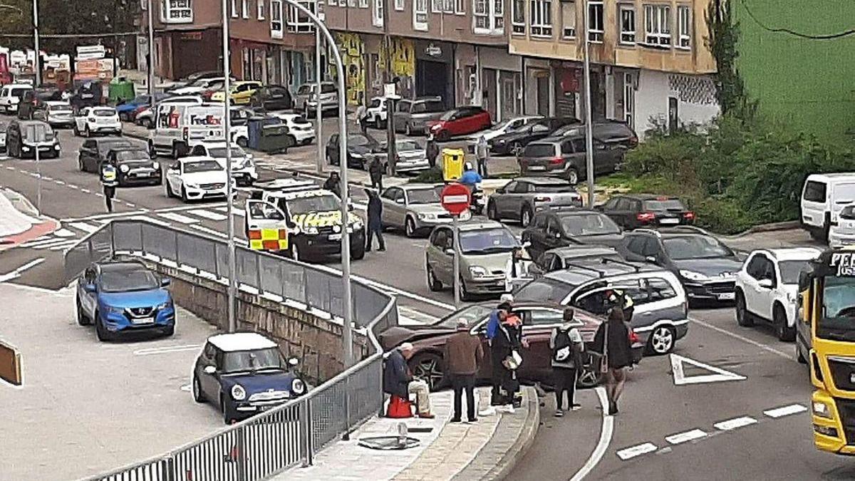 Un coche se empotra contra la valla de un supermercado