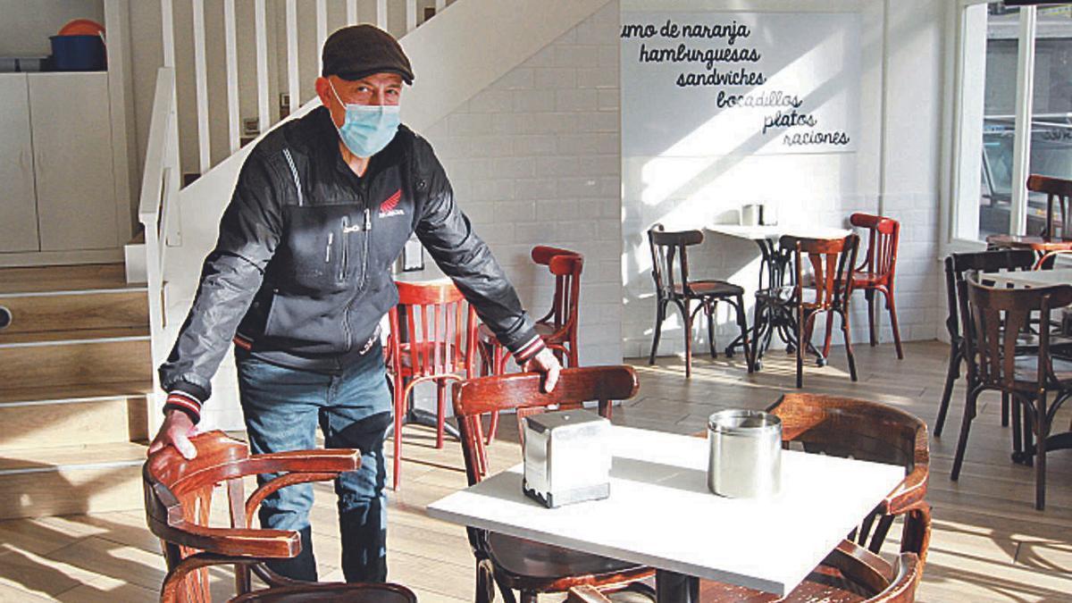 Sebas Martín, del Bar Montgre, prepara las mesas en su establecimiento para abrir el viernes.   | // I.OSORIO