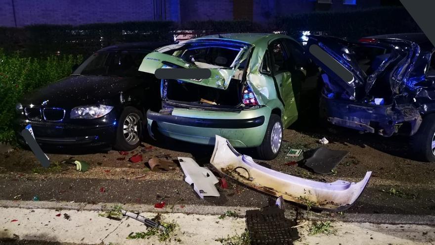 Un conductor se sale de la vía y colisiona contra seis coches en Valladolid