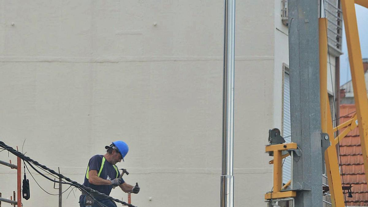 Un obrero, ayer, trabajando en la construcción de un edificio en el centro de Moaña.     // GONZALO NÚÑEZ