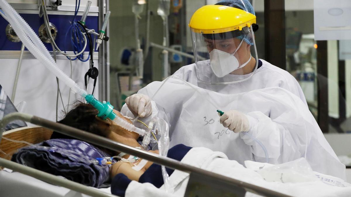 Personal médico trabaja en una unidad de cuidados intensivos