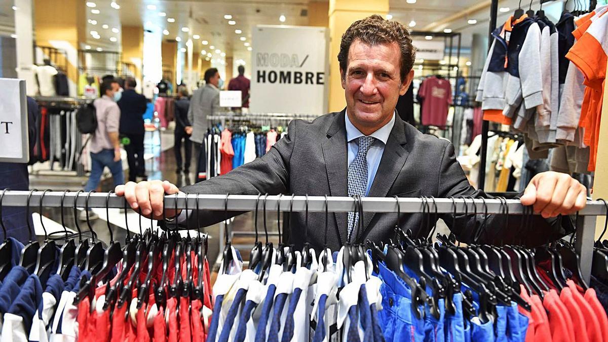 Pablo de la Torre, en la sección de moda de hombre del nuevo 'outlet' de El Corte Inglés.   | // VÍCTOR ECHAVE