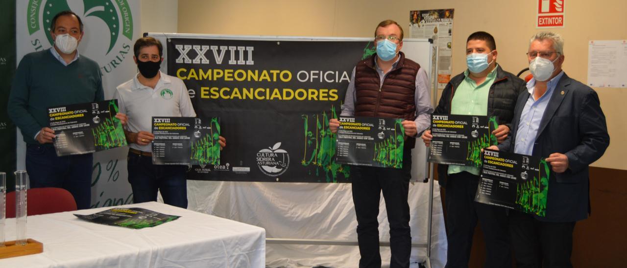 Por la izquierda, Alejandro Vega, Saúl Moro, Celestino Cortina, Félix de la Fuente y Javier Fernández, presentando el concurso de escanciado.