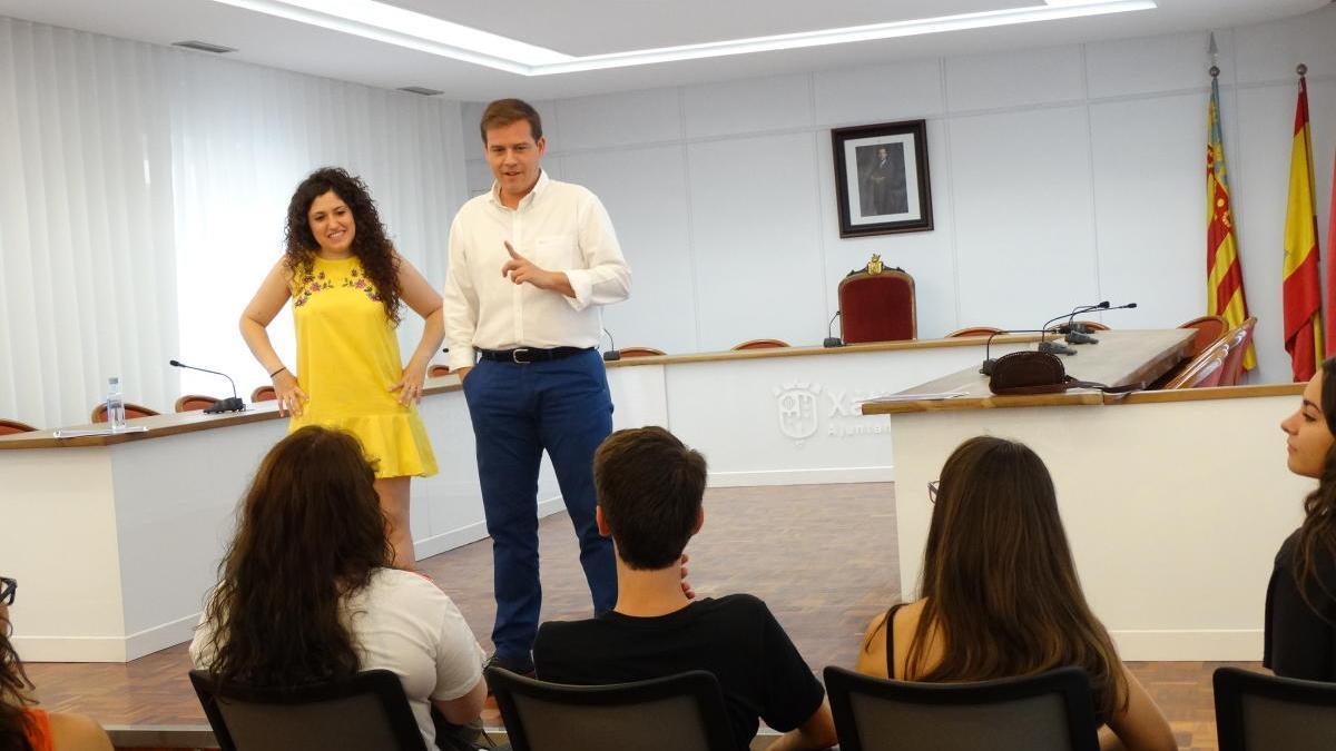 El alcalde, Roger Cerdà, y la edil Lena Baraza en un encuentro con jóvenes, en una imagen de archivo.