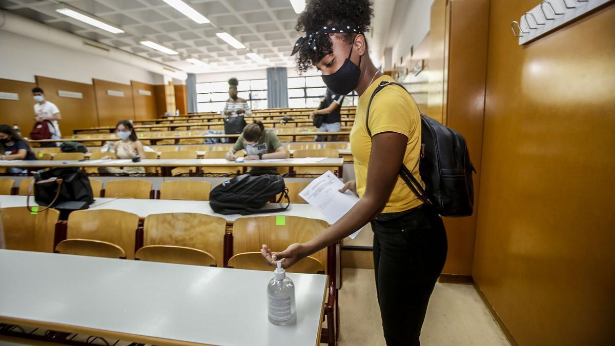 Alumna de Selectividad 2020 durante la convocatoria extraordinaria de septiembre en la Universidad de Alicante