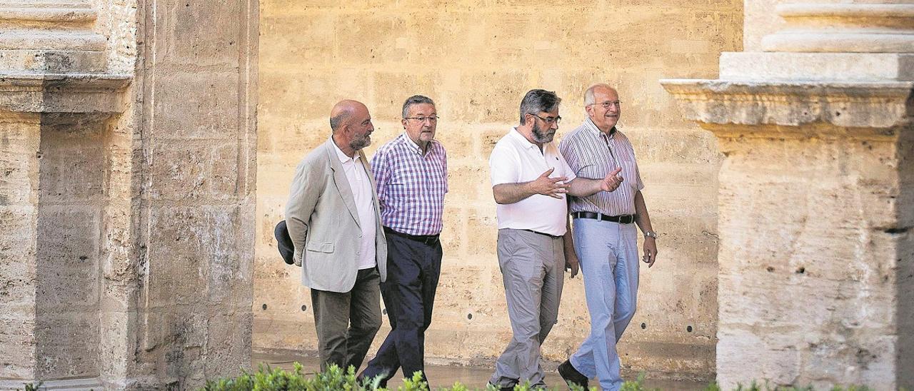 Jordi Colomina, Josep Palomero, Artur Ahuir i Rafael Alemany caminen pel claustre de Sant Miquel dels Reis