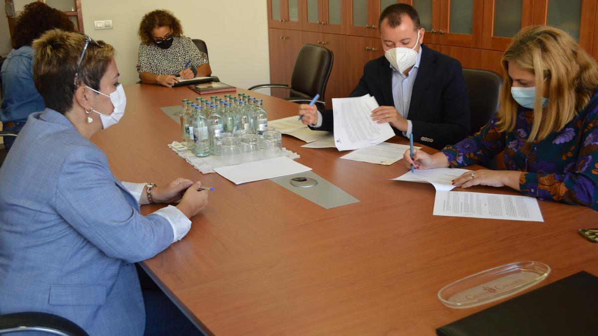 Firma del convenio entre Teodoro Sosa, Isabel Mena y la alcaldesa de Ingenio, Ana Hernández.
