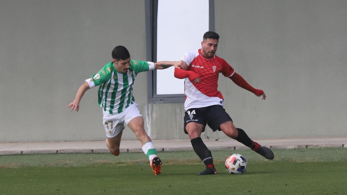 Julio Alonso disputa el balón a Álex Robles durante el encuentro de la primera vuelta en la Ciudad Deportiva Luis del Sol.
