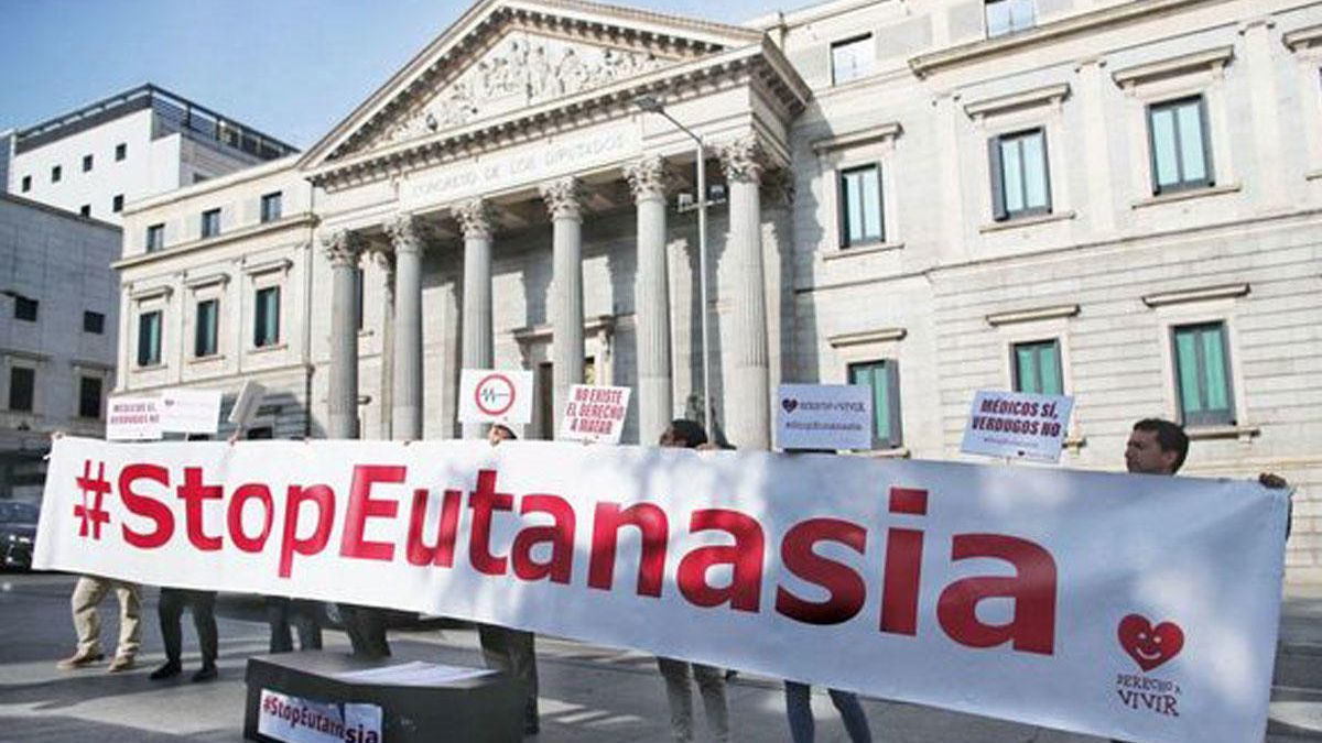 Protest & # 039; Stop Euthanasia & # 039;  in front of the Congress of Deputies, on February 11, 2020.