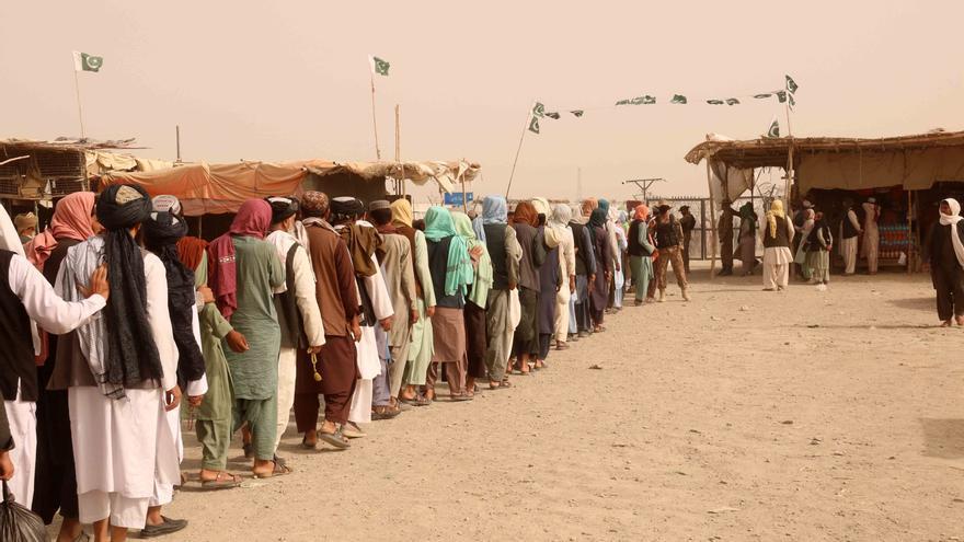 Miles los afganos se concentran en la frontera con Pakistán para dejar atrás su país