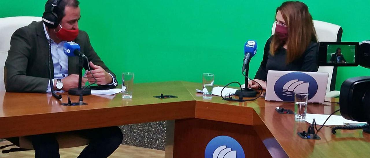 Blas Acosta durante la entrevista con la periodista Nuria González, en Onda Fuerteventura.     LP/DLP