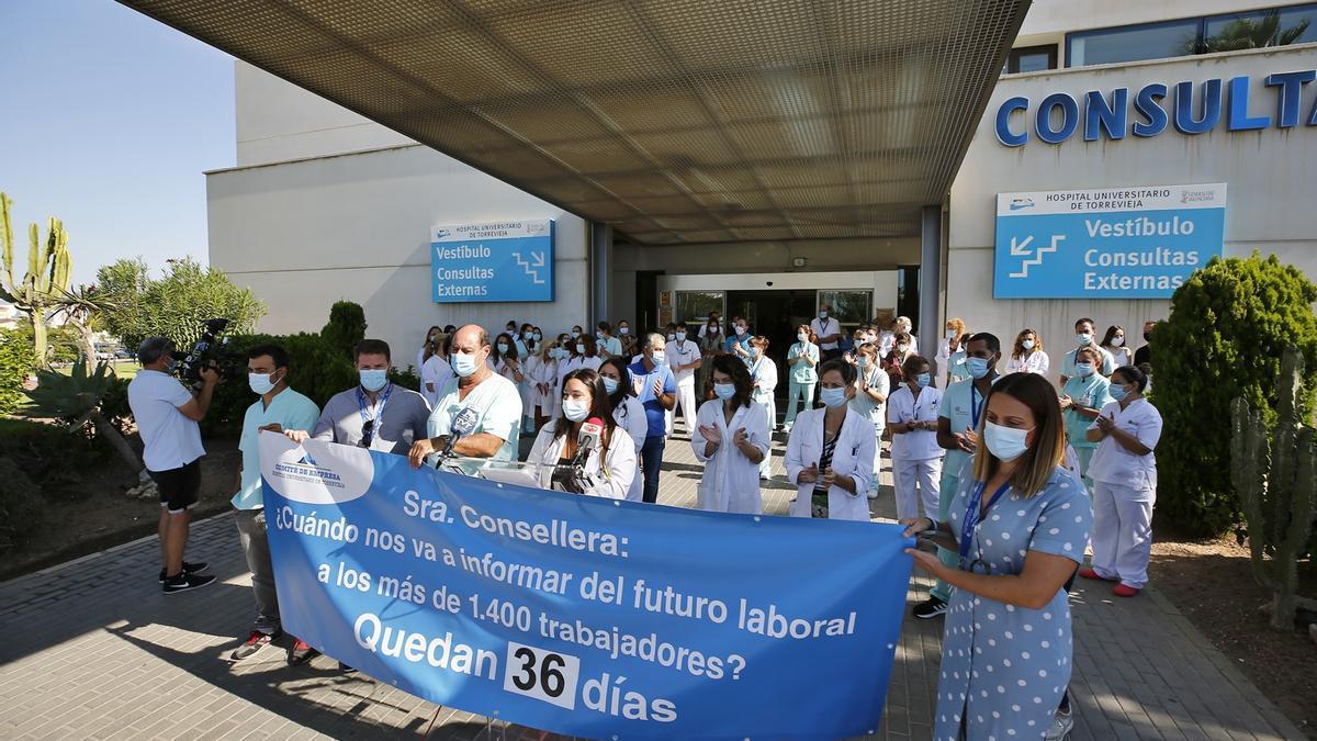 Imagen de la concentración del comité de empresa de Ribera Salud y parte de los trabajadores en la que piden que la Generalitat aclare ya la situación del futuro del hospital  y el área de salud
