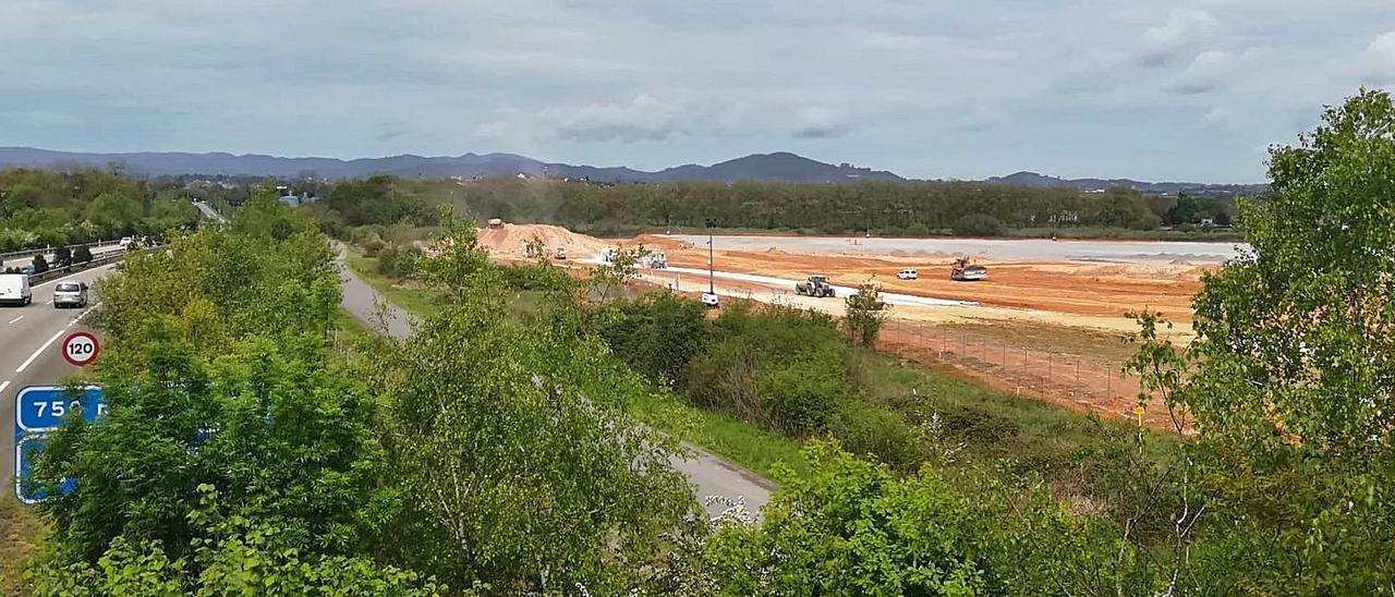 Las obras en la parcela sobre la que se instalará Amazon, a la derecha, en una imagen tomada ayer desde Granda (Siero). | P. Tamargo