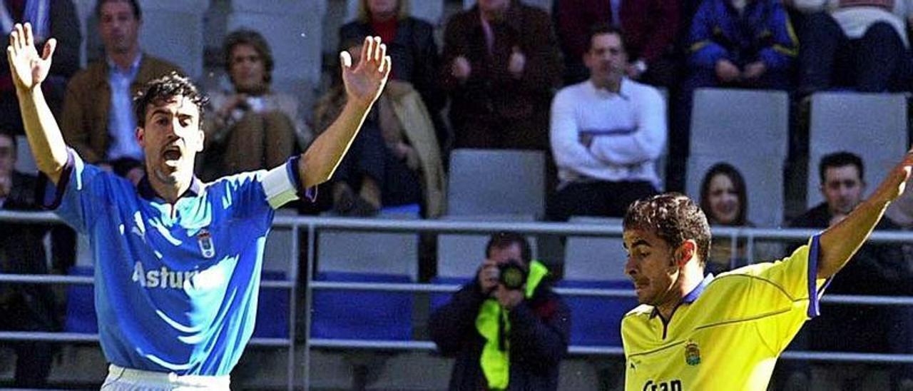 Mario se hace con el esférico ante Pablo Díaz. Detrás, Oli, en el Tartiere (2003).   | | LP