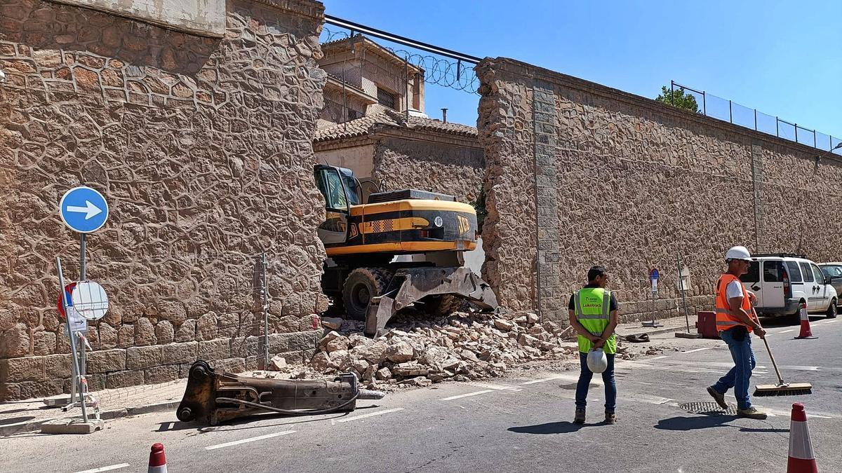 Operarios dirigen a la maquinaria de obra que arrasó con el muro de la Cárcel Vieja de San Antón. | L.O.