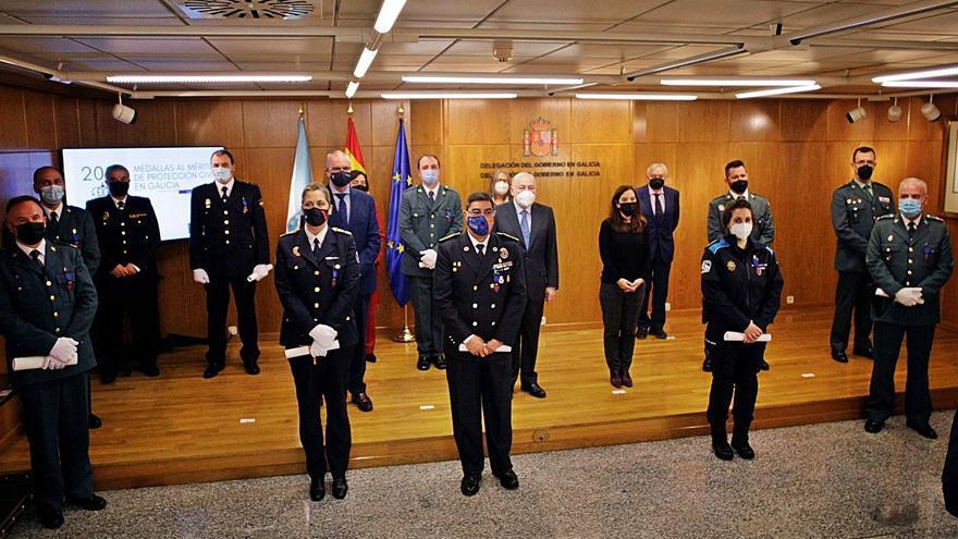 """El Gobierno condecora a nueve agentes de Protección Civil por su """"ejemplo"""""""