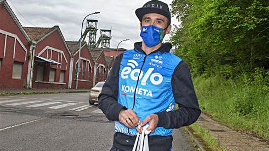 El exciclista gijonés Carlos Barredo, de auxiliar con el Eolo-Kometa en la Vuelta a Asturias