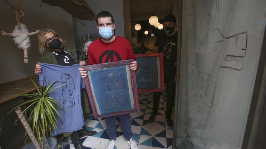 Diseñan una línea de ropa con las ilustraciones de Gonzalo, un joven con autismo de Alicante