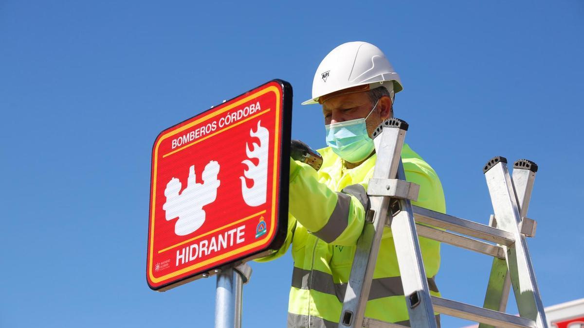Una de las señales que indica la presencia de un hidrante para su uso por los bomberos de Córdoba.