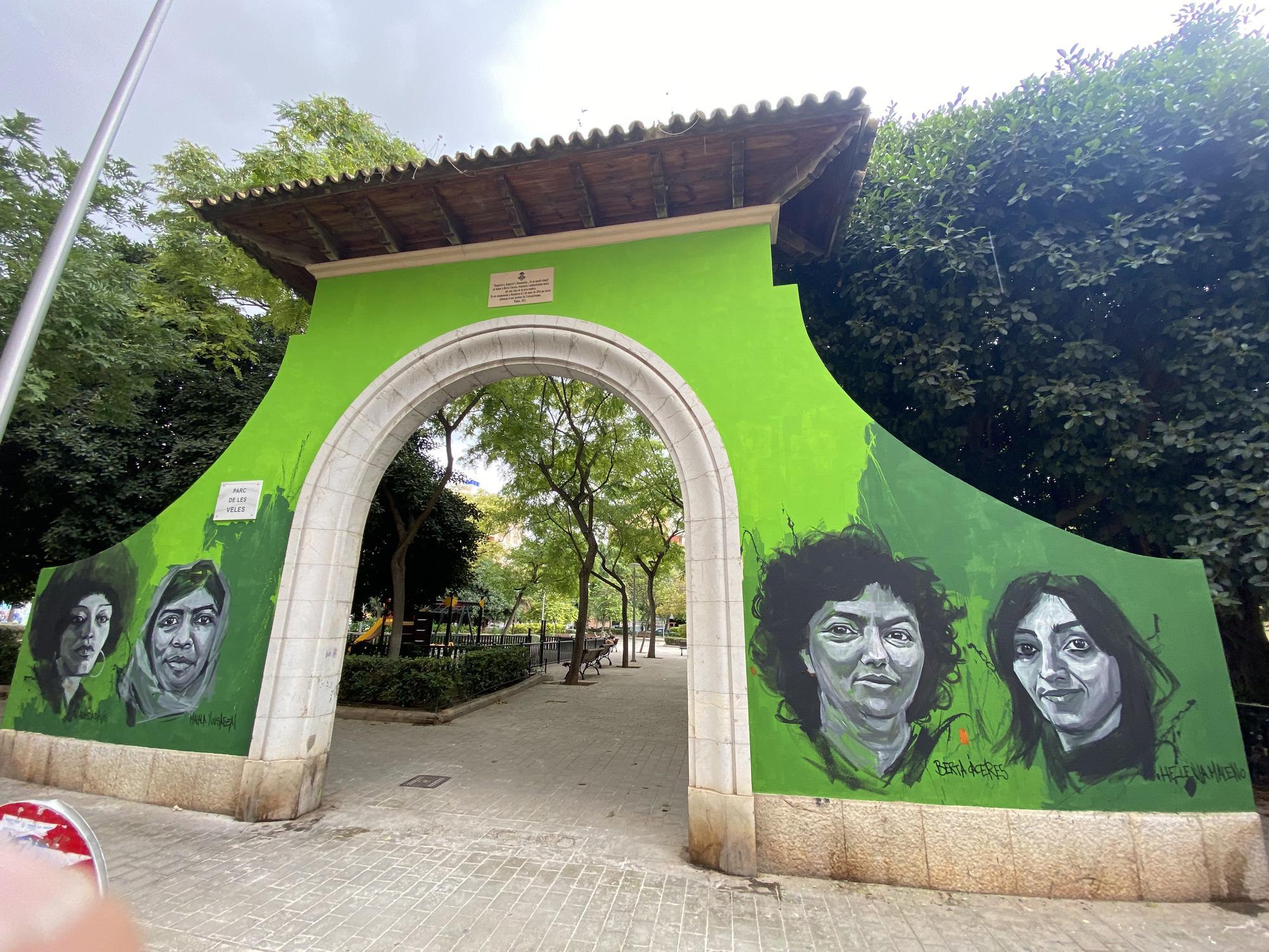 El Ayuntamiento de Palma permite que un mural transforme la histórica puerta del Parc de Ses Veles