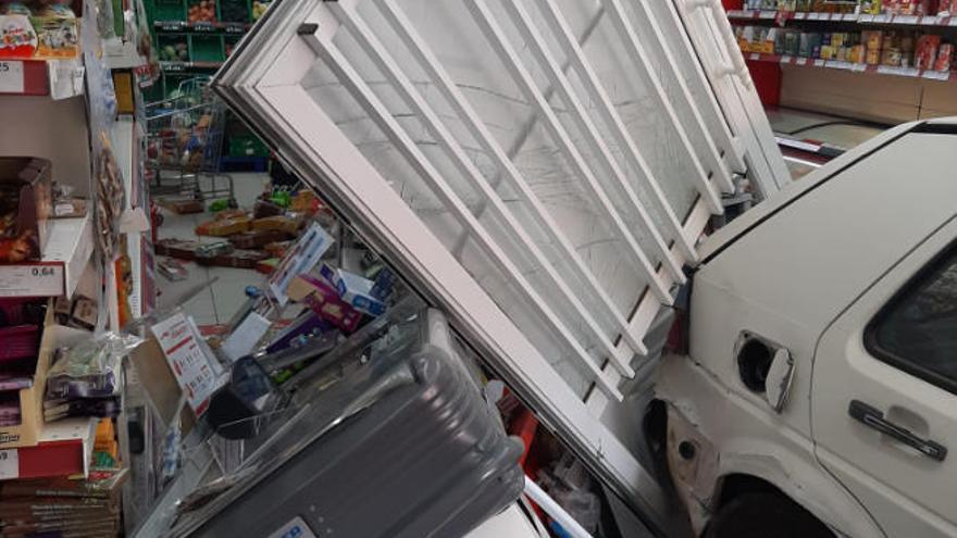 Un coche impacta contra un supermercado en Garafía