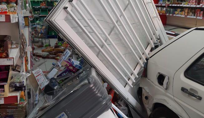 Un coche impacta contra un supermercado