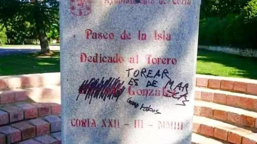 Dañan con pintadas un monumento dedicado al torero Ricardo González en Coria