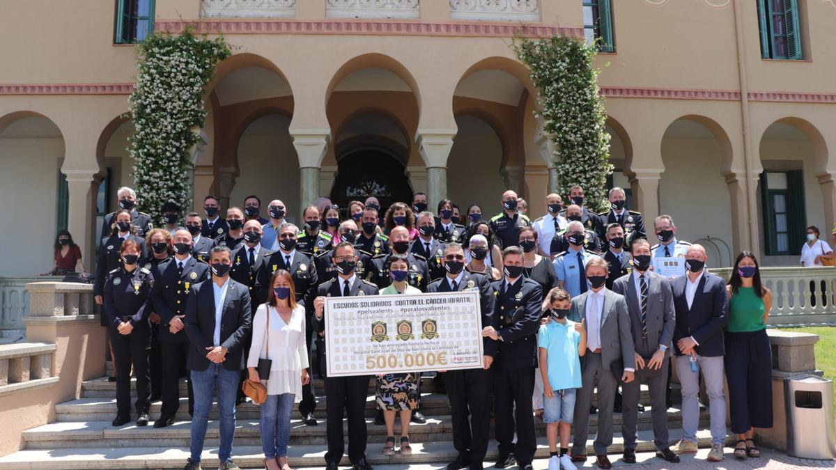 Foto de família dels premiats amb el taló de 500.000 euros