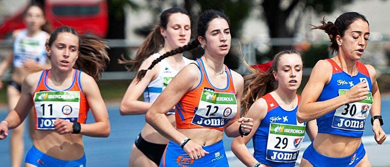 Las atletas del Oviedo Nuria Valle (dorsal 11) e Inés Peixoto (12) y las del Gijón Llara Prieto (29) y Claudia Junquera (30), en la prueba de 800. | Rionda